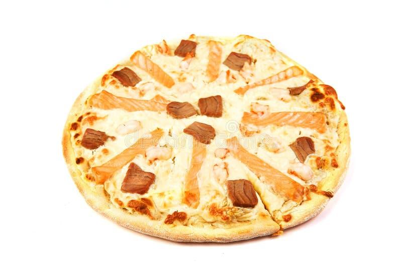 Πίτσα με το σολομό και ψάρια σολομών στο άσπρο υπόβαθρο στοκ φωτογραφίες