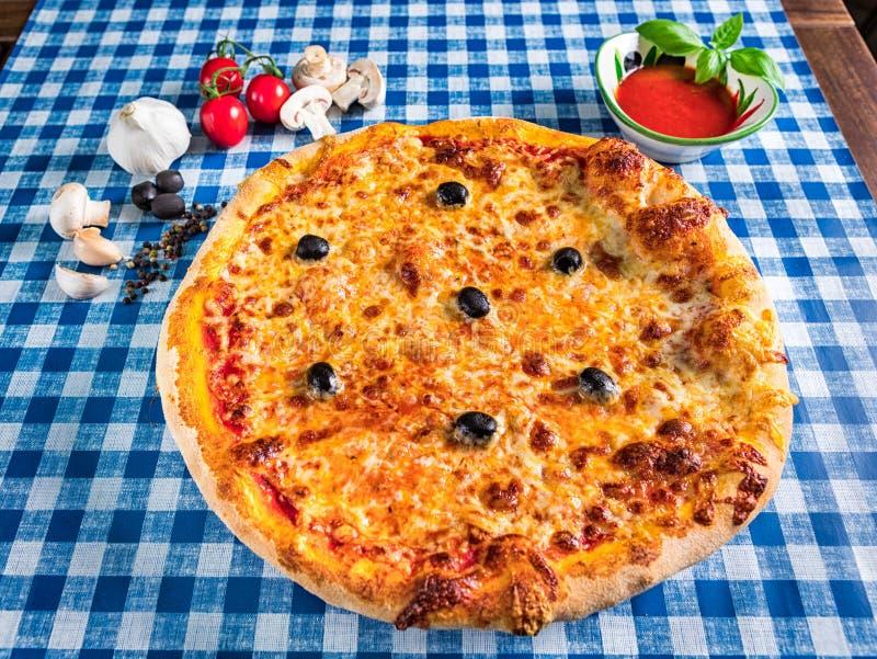 Πίτσα τυριών με τις ελιές στοκ φωτογραφίες