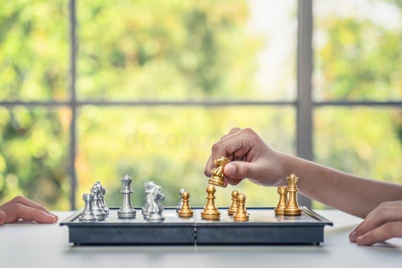 Παίζοντας πίνακας σκακιού χεριών στοκ εικόνες