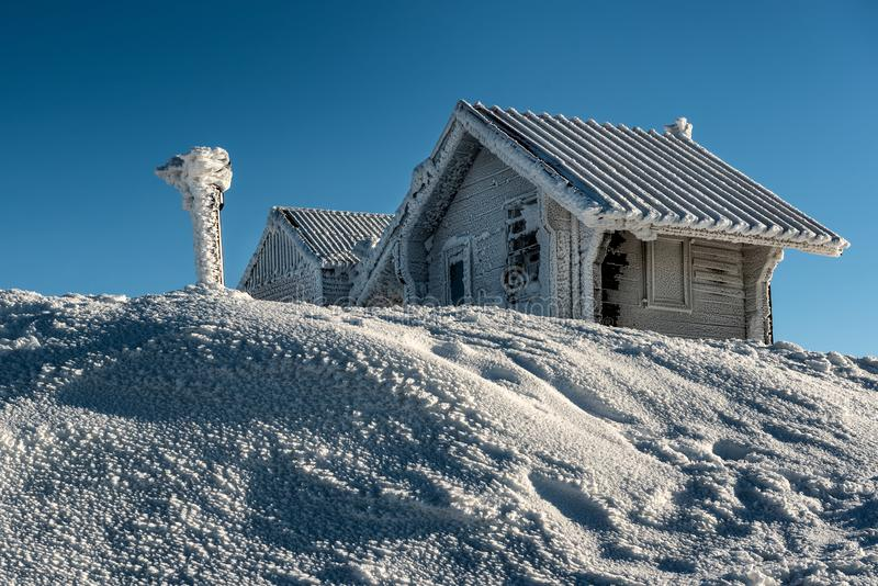 Παγωμένα εξοχικά σπίτια βουνών και χιονώδης χειμώνας στοκ εικόνες με δικαίωμα ελεύθερης χρήσης