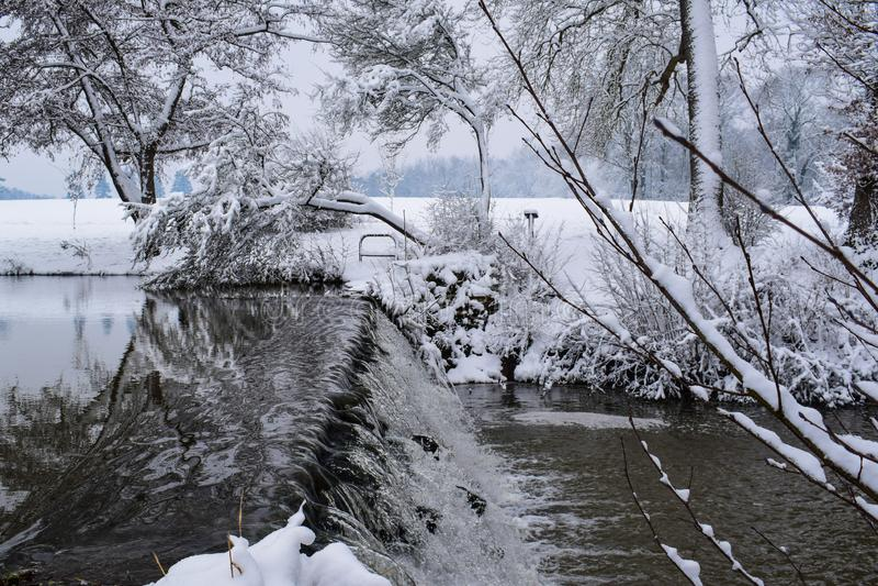 Παγωμένος καταρράκτης στη γαλλική επαρχία κατά τη διάρκεια της εποχής/του χειμώνα Χριστουγέννων στοκ φωτογραφία