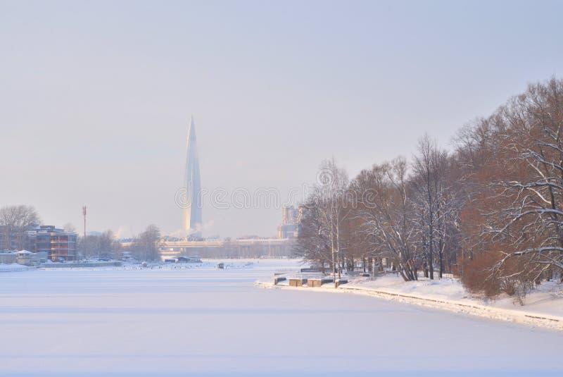 Παγωμένος ποταμός Neva στα περίχωρα της Αγία Πετρούπολης στοκ εικόνα με δικαίωμα ελεύθερης χρήσης