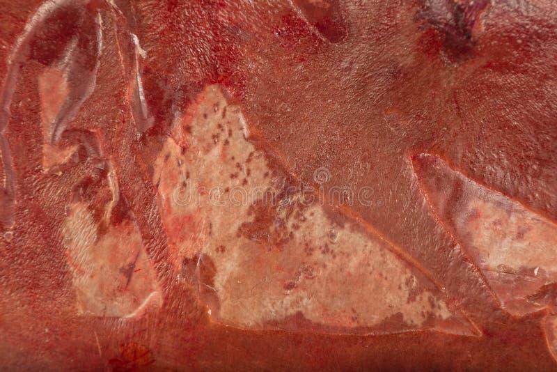 Παγωμένο φρέσκο συκώτι βόειου κρέατος στους φραγμούς, σύσταση του παγωμένου συκωτιού στοκ εικόνα με δικαίωμα ελεύθερης χρήσης