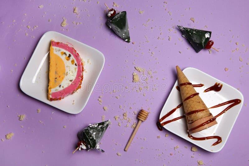 Παγωτό στα πιάτα με το γλυκούς τηγάνι και τον κώνο στοκ εικόνες