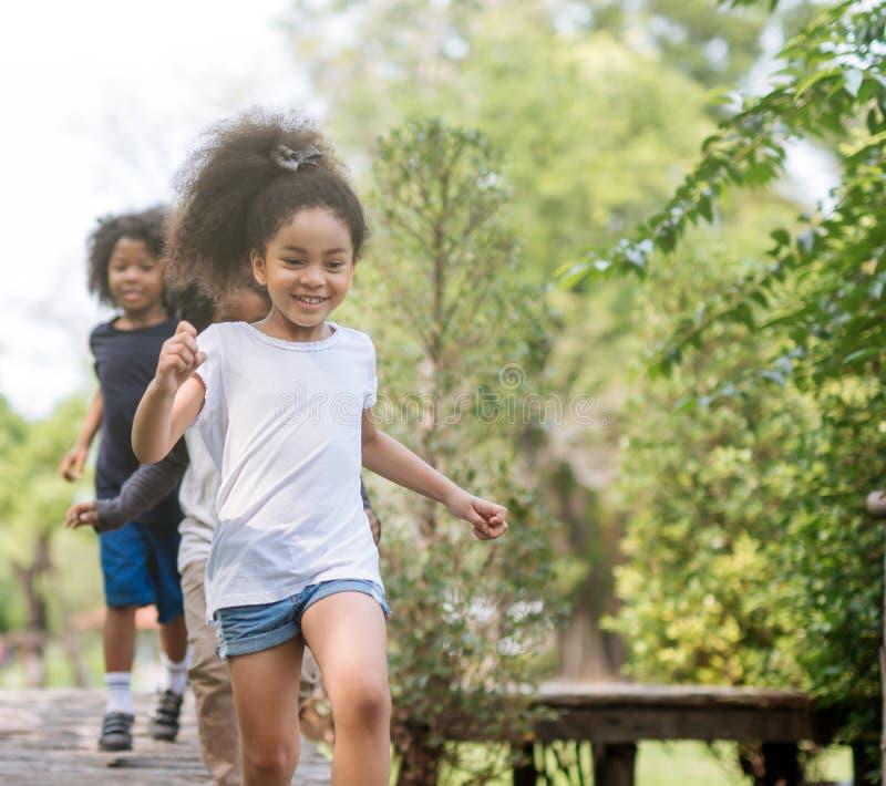 Παιδιά που παίζουν με τους φίλους στοκ εικόνα με δικαίωμα ελεύθερης χρήσης