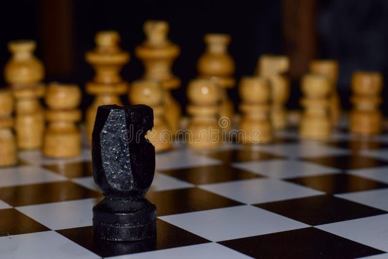 Παιχνίδι σκακιού για τις ιδέες και τον ανταγωνισμό και τη στρατηγική Φωτογραφισμένος σε μια σκακιέρα στοκ φωτογραφίες με δικαίωμα ελεύθερης χρήσης