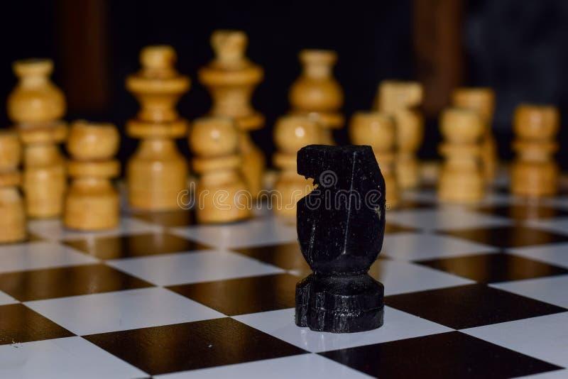Παιχνίδι σκακιού για τις ιδέες και τον ανταγωνισμό και τη στρατηγική Φωτογραφισμένος σε μια σκακιέρα στοκ φωτογραφίες