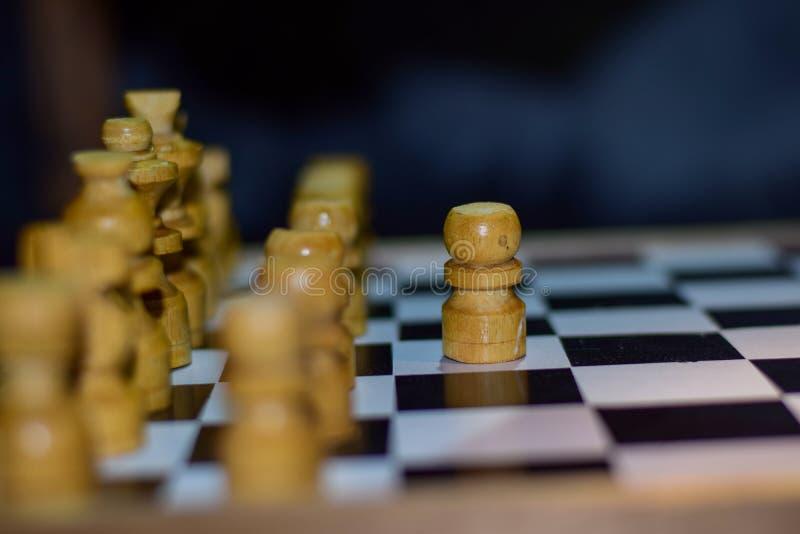 Παιχνίδι σκακιού για τις ιδέες και τον ανταγωνισμό και τη στρατηγική Φωτογραφισμένος σε μια σκακιέρα στοκ φωτογραφία με δικαίωμα ελεύθερης χρήσης