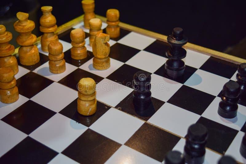 Παιχνίδι σκακιού για τις ιδέες και τον ανταγωνισμό και τη στρατηγική Φωτογραφισμένος σε μια σκακιέρα στοκ εικόνες με δικαίωμα ελεύθερης χρήσης