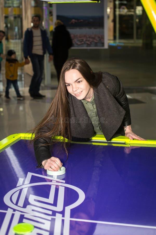 Παιχνίδι παιδιών και ενηλίκων στα μηχανήματα τυχερών παιχνιδιών με κέρματα, έλξη στο εμπορικό κέντρο Οι οικογένειες με τα παιδιά  στοκ φωτογραφίες με δικαίωμα ελεύθερης χρήσης