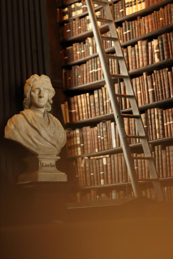 Παλαιά βιβλιοθήκη με τα ιστορικά βιβλία και το γλυπτό Locke στοκ φωτογραφία με δικαίωμα ελεύθερης χρήσης