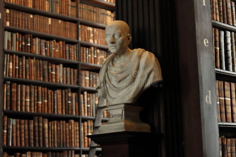 Παλαιά βιβλιοθήκη στο γλυπτό Κικέρωνα κολλεγίου τριάδας στοκ εικόνα με δικαίωμα ελεύθερης χρήσης