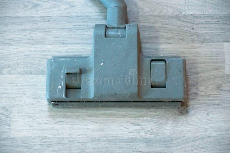 Παλαιά ηλεκτρική σκούπα στο φύλλο πλαστικού υποβάθρου στοκ φωτογραφίες