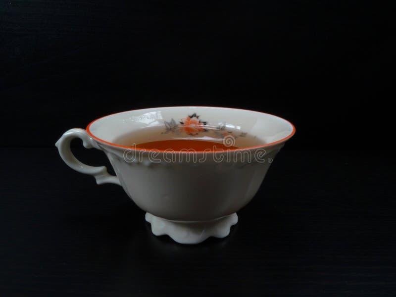 Παλαιά μόδα φλυτζανιών τσαγιού porcelein/εκλεκτής ποιότητας λευκό με το μαύρο υπόβαθρο στοκ φωτογραφία