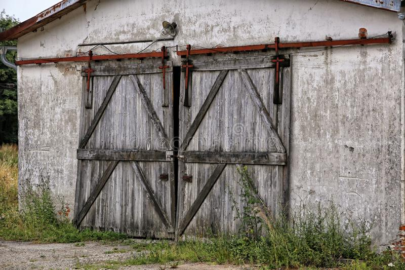 Παλαιά ξύλινη πόρτα της περιτοιχισμένης σιταποθήκης στοκ φωτογραφία με δικαίωμα ελεύθερης χρήσης