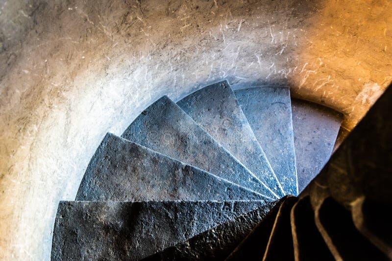 Παλαιά στενή σπειροειδής σκάλα πετρών μέσα στο μεσαιωνικό πύργο στοκ φωτογραφία