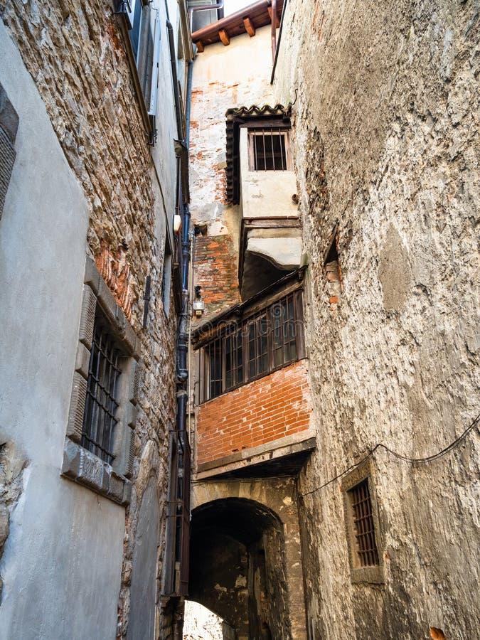 Παλαιά σπίτια διαμερισμάτων πέρα από τη στενή μεσαιωνική οδό στοκ εικόνα με δικαίωμα ελεύθερης χρήσης