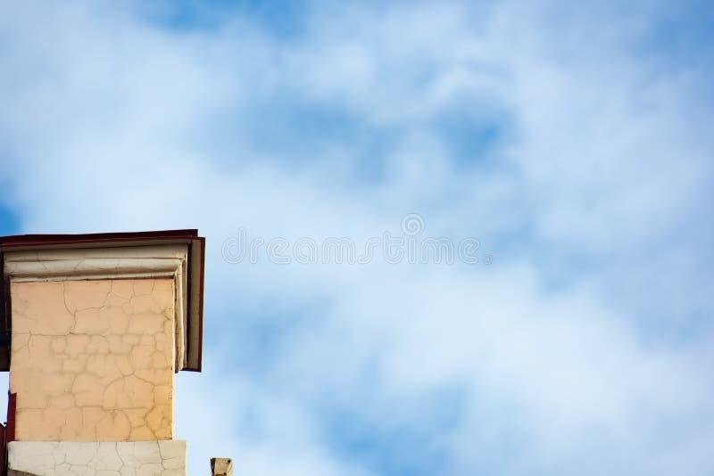 Παλαιοί σωλήνας και μπλε ουρανός οικοδόμησης στοκ εικόνες με δικαίωμα ελεύθερης χρήσης