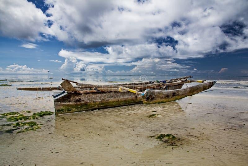 Παλαιό αλιευτικό σκάφος στα ρηχά νερά Όμορφο oceanfront με το παραδοσιακό ξύλινο αλιευτικό σκάφος στοκ φωτογραφία με δικαίωμα ελεύθερης χρήσης