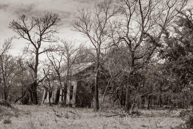 Παλαιό εγκαταλειμμένο σπίτι, τόνος σεπιών στοκ εικόνες