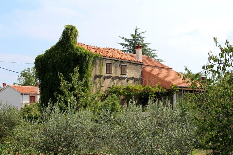Παλαιό μεσογειακό ψηλό στενό οικογενειακό σπίτι με την πρόσοψη και εντελώς πλευρά με τις εγκαταστάσεις αντιολισθητικών αλυσίδων π στοκ εικόνα