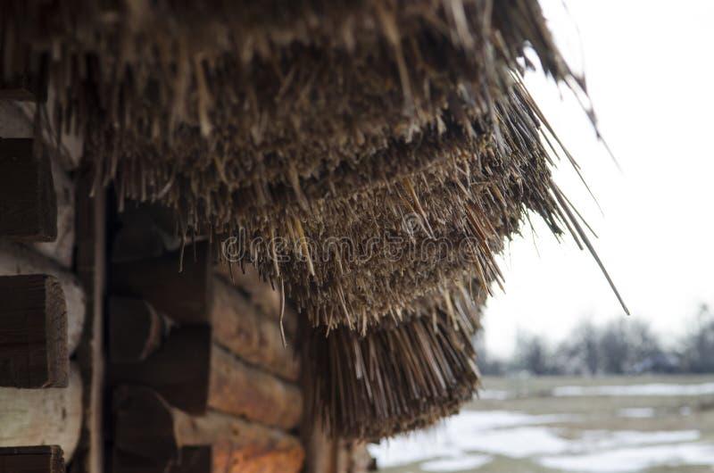 Παλαιό ξύλινο παραδοσιακό σπίτι με μια στέγη αχύρου στο ουκρανικό Εθνικό Μουσείο υπαίθριο Pirogovo Kyiv, Ουκρανία στοκ φωτογραφία με δικαίωμα ελεύθερης χρήσης