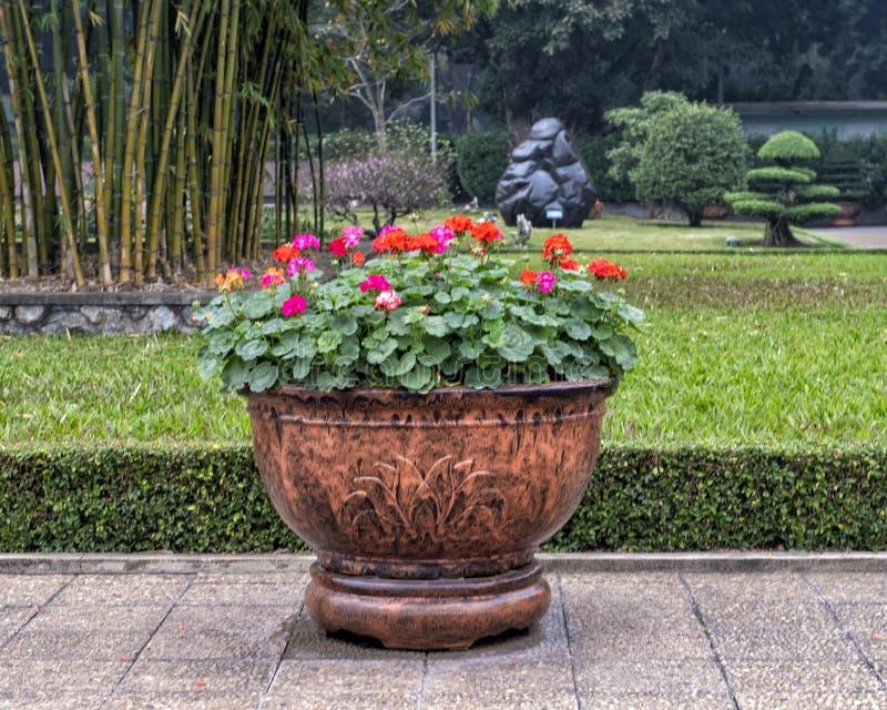Παλαιό όμορφο δοχείο λουλουδιών κοντά στο μαυσωλείο του Ho Chi Minh στο τετράγωνο BA Dinh, Ανόι, Βιετνάμ στοκ εικόνα