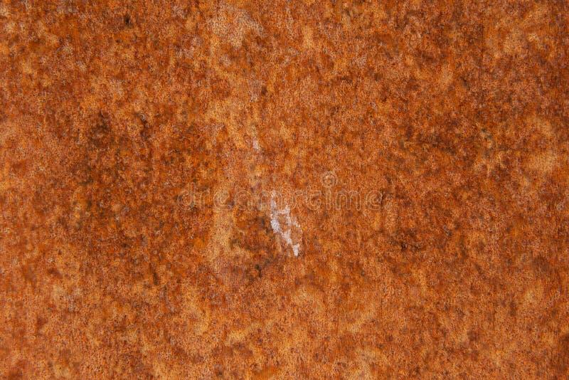 Παλαιό στενοχωρημένο καφετί σκουριασμένο πέτρινο υπόβαθρο χαλκού τερακότας με τους τραχιούς πολύχρωμους συνυπολογισμούς σύστασης  στοκ εικόνα με δικαίωμα ελεύθερης χρήσης