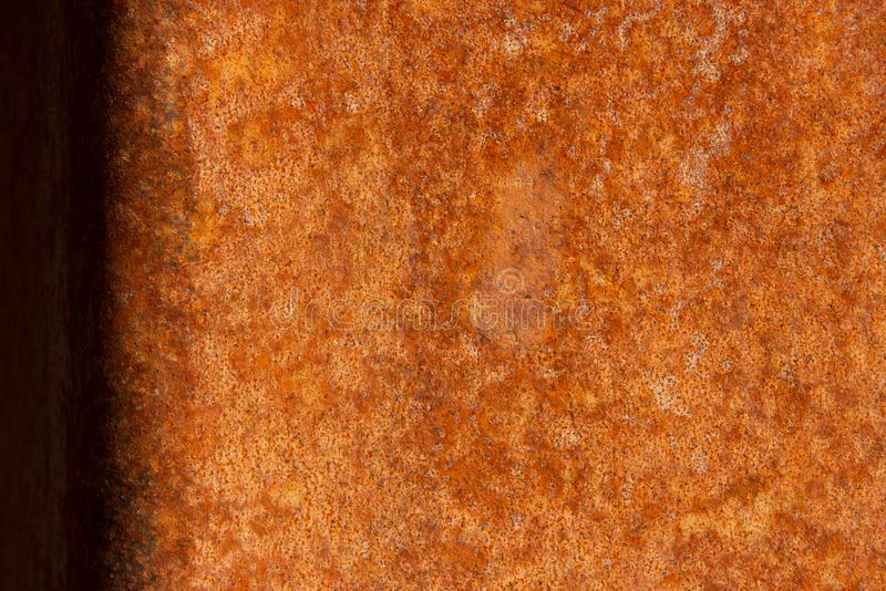 Παλαιό στενοχωρημένο καφετί σκουριασμένο πέτρινο υπόβαθρο χαλκού τερακότας με τους τραχιούς πολύχρωμους συνυπολογισμούς σύστασης  στοκ εικόνα
