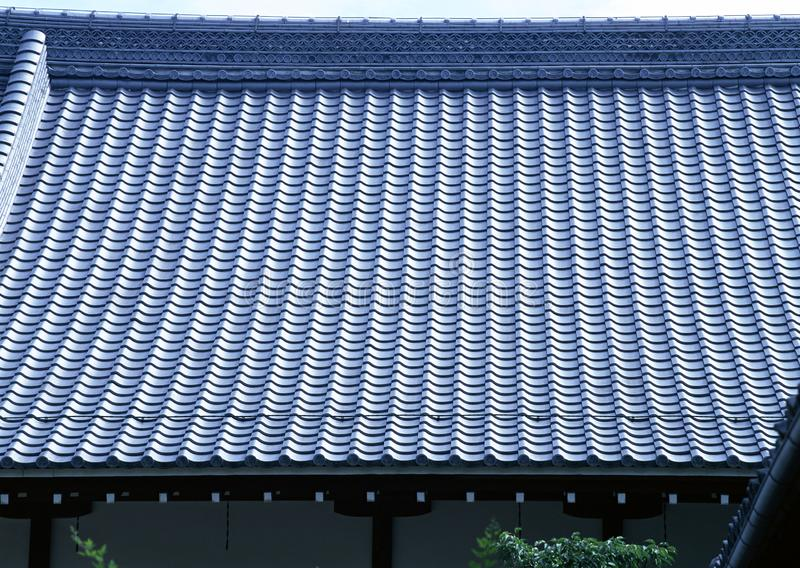 Παλαιό παραδοσιακό μπλε υλικό κατασκευής σκεπής κεραμιδιών του υποβάθρου αρχιτεκτονικής της Ιαπωνίας στοκ φωτογραφία