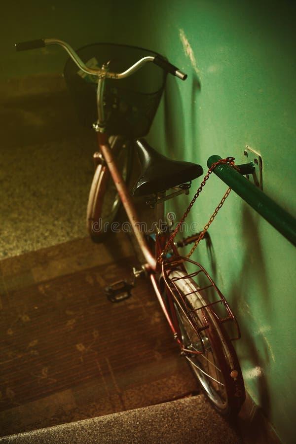 Παλαιό ποδήλατο στην οικοδόμηση της αίθουσας στοκ εικόνα