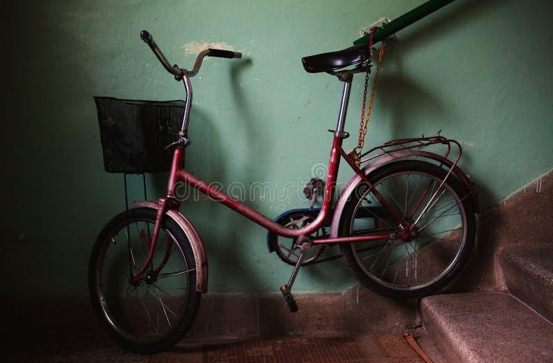Παλαιό ποδήλατο στην οικοδόμηση της αίθουσας στοκ εικόνες με δικαίωμα ελεύθερης χρήσης