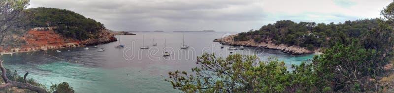 Πανόραμα του κρυστάλλου Ibiza - σαφής μπλε ωκεάνια θάλασσα στοκ φωτογραφία