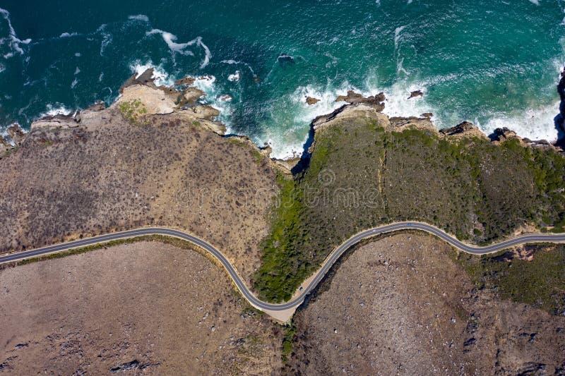 Παράκτιος δρόμος με τους βράχους παραλίας στοκ φωτογραφία