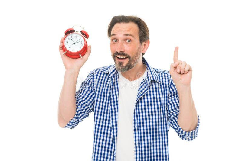 Παρακολούθηση του χρόνου Ώριμο timekeeper με το αναλογικό ρολόι που δείχνει το δάχτυλο επάνω Ώριμο ξυπνητήρι εκμετάλλευσης ατόμων στοκ εικόνες με δικαίωμα ελεύθερης χρήσης