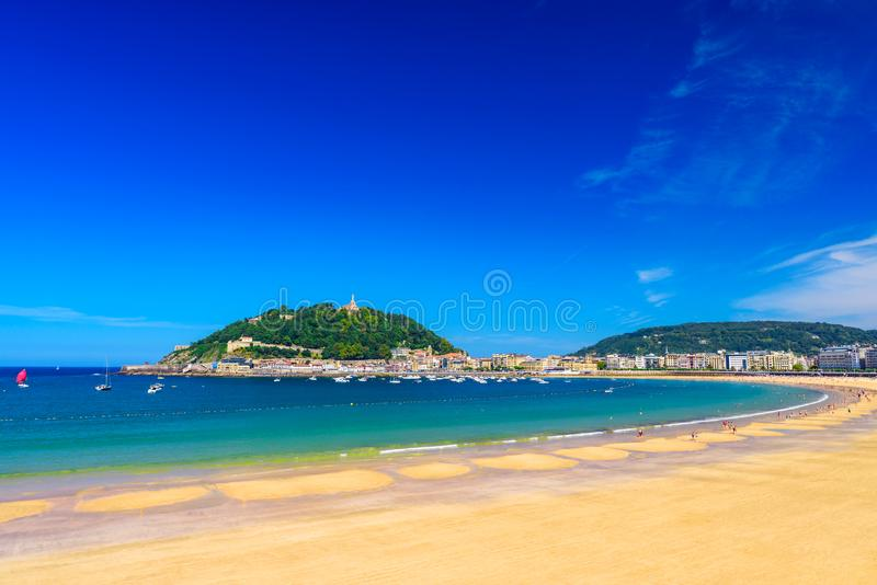 Παραλία Λα Concha στο San Sebastian Donostia, Ισπανία Καλύτερη ευρωπαϊκή παραλία σε ηλιόλουστο στοκ εικόνα με δικαίωμα ελεύθερης χρήσης