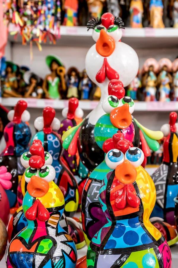 Παραλία του Πόρτο de Galinhas, Ipojuca, Pernambuco, Βραζιλία - το Σεπτέμβριο του 2018: Αγάλματα τεχνών κοτόπουλου στοκ εικόνα