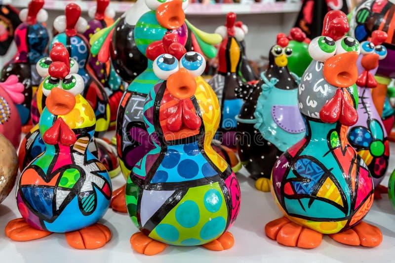 Παραλία του Πόρτο de Galinhas, Ipojuca, Pernambuco, Βραζιλία - το Σεπτέμβριο του 2018: Αγάλματα τεχνών κοτόπουλου στοκ φωτογραφίες