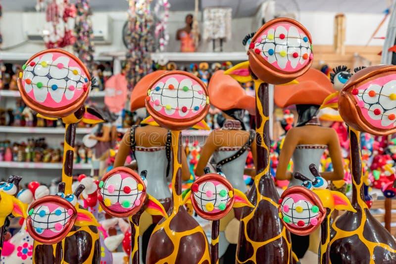Παραλία του Πόρτο de Galinhas, Ipojuca, Pernambuco, Βραζιλία - το Σεπτέμβριο του 2018: Giraffes αγάλματα τεχνών με τα αστεία δόντ στοκ εικόνες