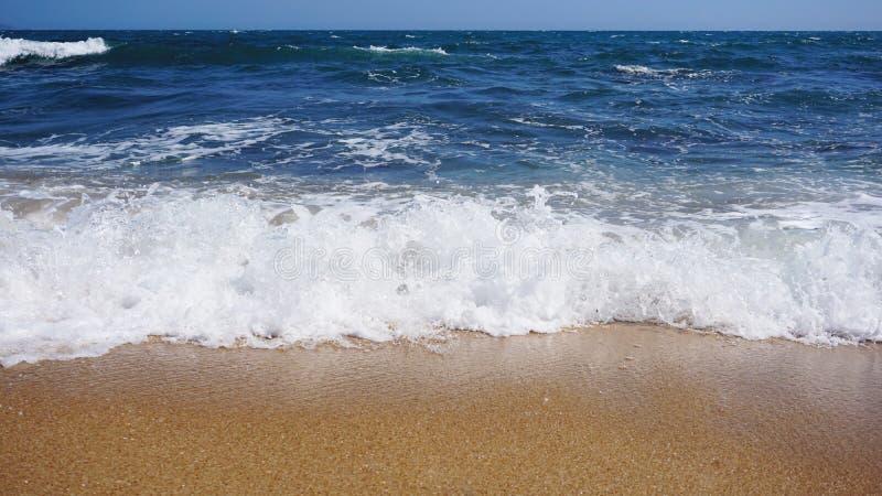 παραλία τροπική Ωκεάνιο υπόβαθρο κυμάτων Άμμος και μπλε θάλασσα διακοπές θερινής θάλασσας στοκ φωτογραφία με δικαίωμα ελεύθερης χρήσης