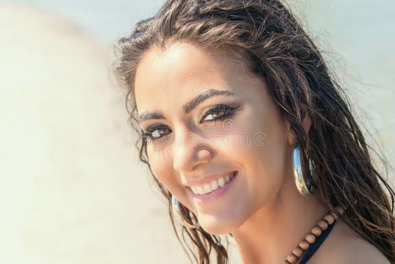 Παραλία πορτρέτου ομορφιάς του θηλυκού προσώπου με το φυσικό δέρμα νεολαίες ενηλίκων ημέρα ηλιόλουστη στοκ φωτογραφία