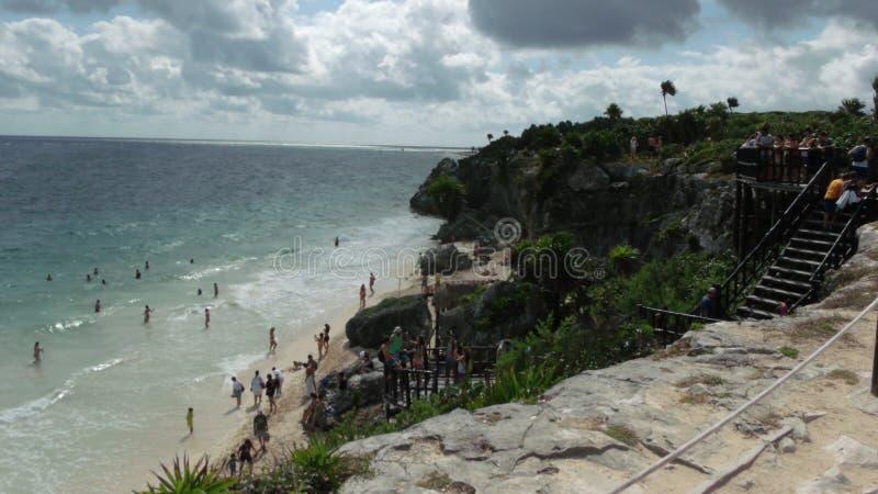 Παραλία Tulum με τους τουρίστες στοκ φωτογραφία με δικαίωμα ελεύθερης χρήσης