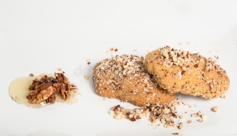 Παραδοσιακά ελληνικά μπισκότα μελιού με τα καρύδια αποκαλούμενα melomakarouna στοκ φωτογραφία
