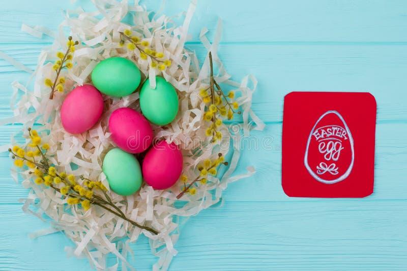 Παραδοσιακά χρωματισμένα αυγά Πάσχας στη φωλιά στοκ εικόνες με δικαίωμα ελεύθερης χρήσης