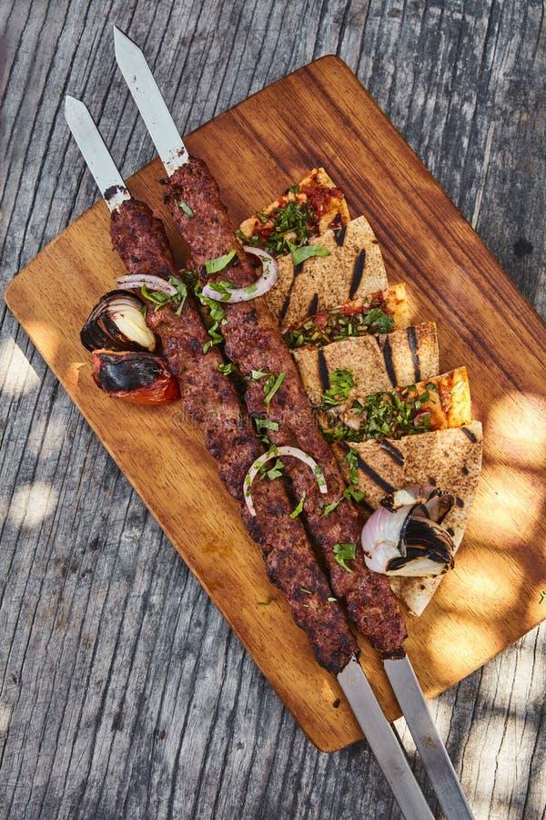 Παραδοσιακά Kebab και ψωμί κοιλωμάτων στοκ εικόνα με δικαίωμα ελεύθερης χρήσης