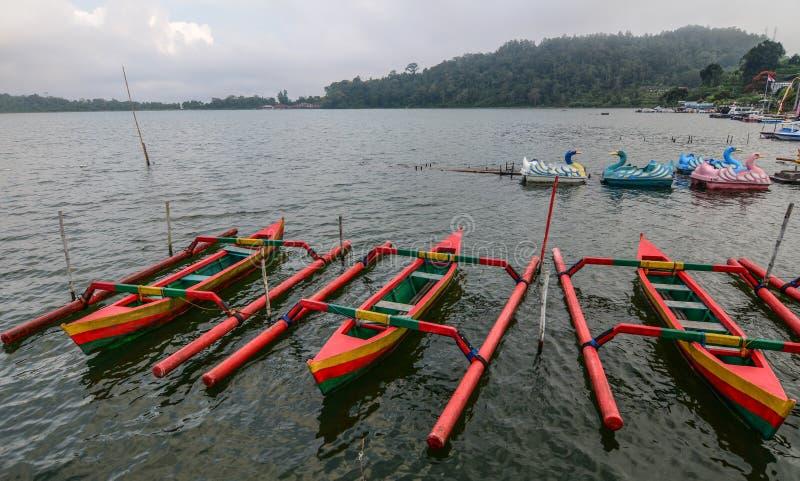Παραδοσιακές ξύλινες βάρκες στη λίμνη Beratan στοκ εικόνα