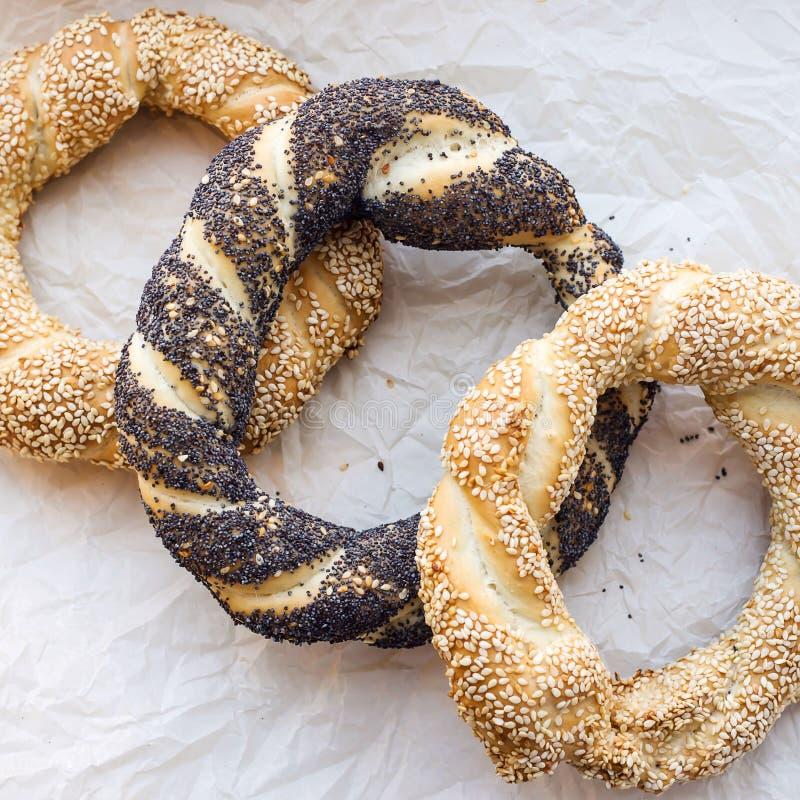 Παραδοσιακές τουρκικές ζύμες - κουλούρια υπό μορφή στριμμένων bagels δαχτυλιδιών στοκ εικόνα