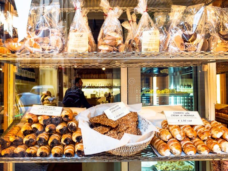 Παραδοσιακές τοπικές μπισκότα και ζύμες στο κατάστημα στοκ φωτογραφία με δικαίωμα ελεύθερης χρήσης