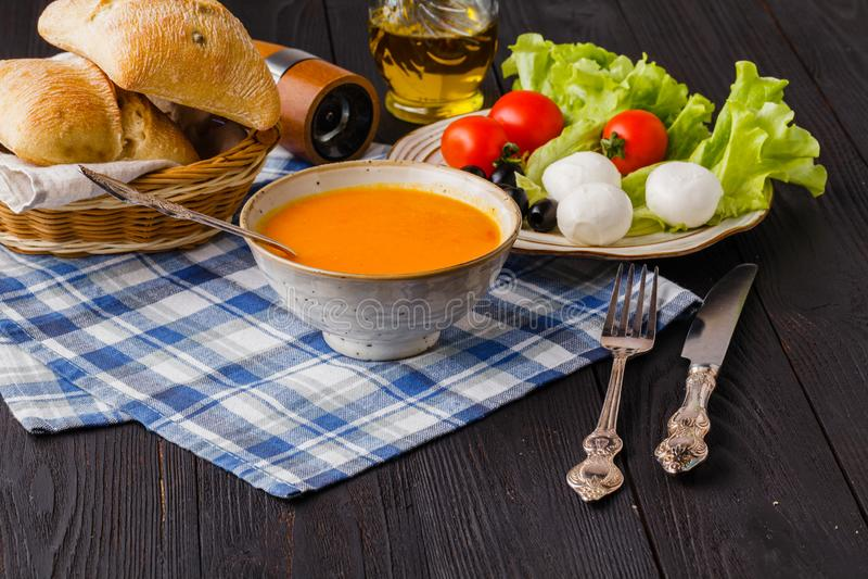 Παραδοσιακή θερμαίνοντας σούπα κολοκύθας, σπιτική με το ψωμί και το antipasti στοκ φωτογραφία με δικαίωμα ελεύθερης χρήσης