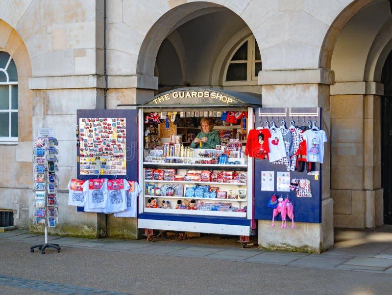 Παραδοσιακό αγγλικό κατάστημα αναμνηστικών στο Λονδίνο στοκ εικόνες